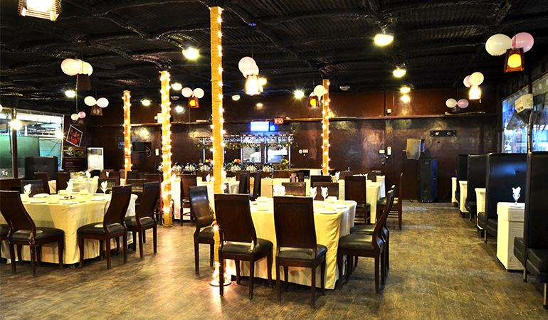 Crackers + Special Chicken White Karhai + Chicken Tikka + Paratha + Naan + Salad + 2 Soft Drinks From Savor