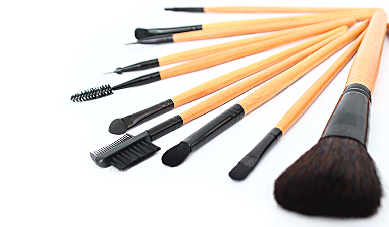 A Set Of 12 Makeup Brushes With Leather Pouch For Rs 999/-