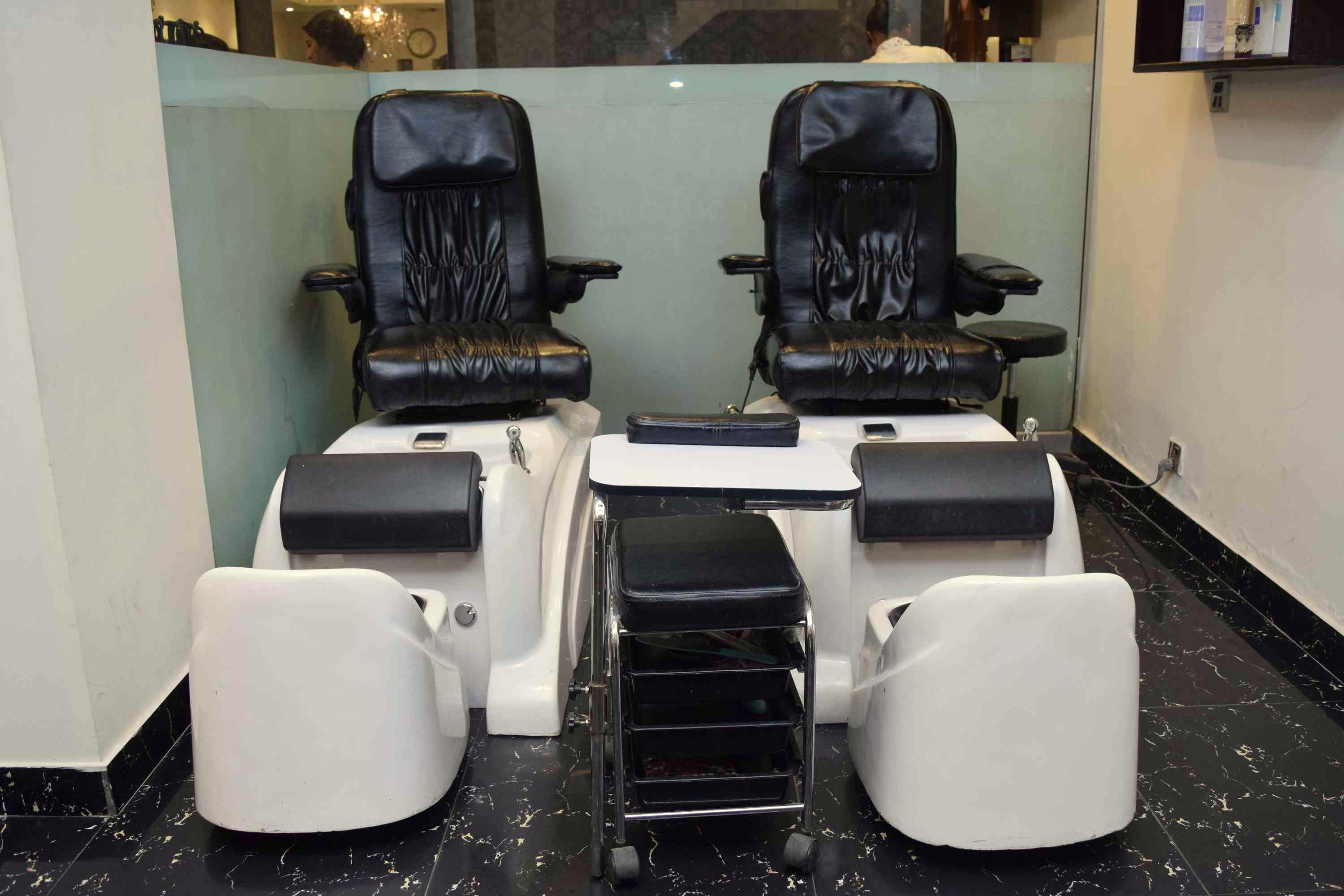 79% off, Rs 1599 only for Dermaclear Whitening Facial or Double Whitening Facial + Whitening Polisher + Whitening Manicure + Whitening Pedicure + Hair Cut with Hair Wash + Neck Shoulder Massage + Threading Eye brows upper lips at Le Reve Beauty Lounge Gulberg, Lahore